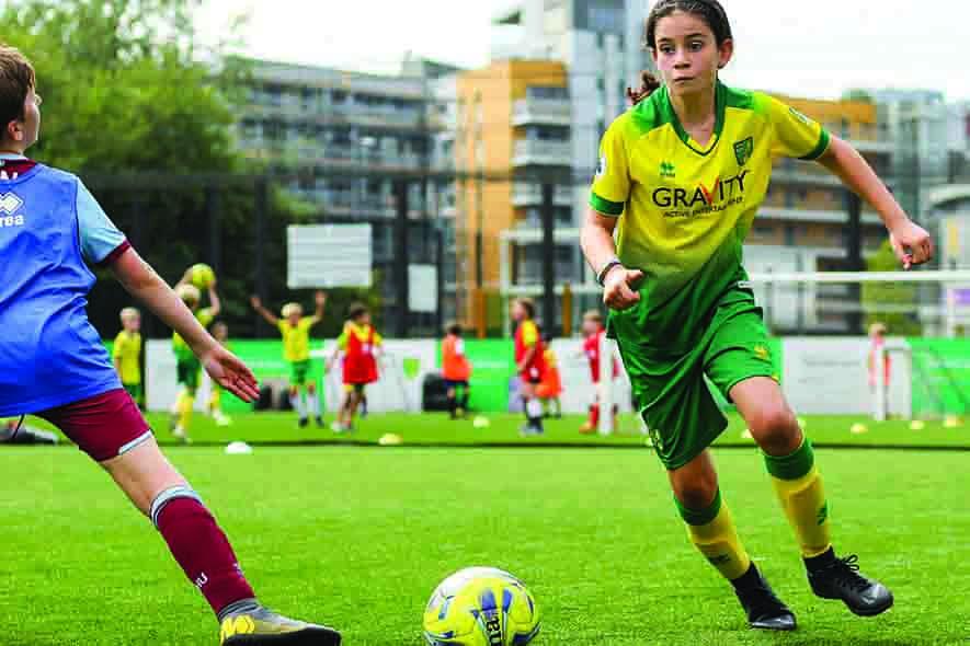 Meisje in voetbal duel met een jongetje tijdens de voetbaldagen - Soccertime (1)